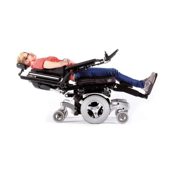 Jive Up - Silla de ruedas eléctrica de bipedestación - Silla de ruedas eléctrica Jive-Up Descubre la nueva silla eléctrica Quickie Jive UP.Combinandolas ventajas de maniobrabilidad y rendimiento de la JIVE Mcon tracción central pero con un asiento multiposición, que tepermitirá adoptar la...