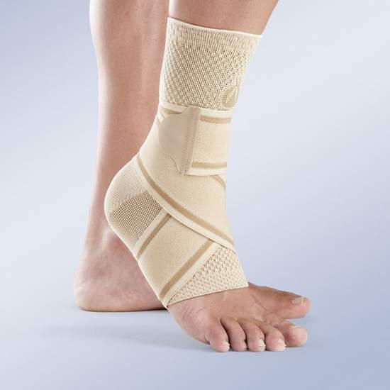 Tobillera cruzada-elástica beige - Tobillera tipo calcetín confeccionada en tejido elástico de punto transpirable por medio del tricotaje plano suave y muy resistente, incluye banda elástica cruzada en ocho.