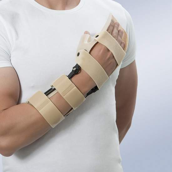 Articulated wrist brace - Made of two pieces of thermoplastic (palmar and forearm), linked by a wrist joint for regulating the brace in dorsiflexion and palmar