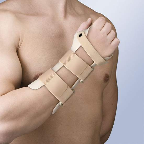 Wrist splint immobilization thermoplastic - Made of thermoplastic, and lined plastazote, incorporates 3 velor straps with safety pin wrist and forearm microgancho closure system. It allows molding by heat gun.
