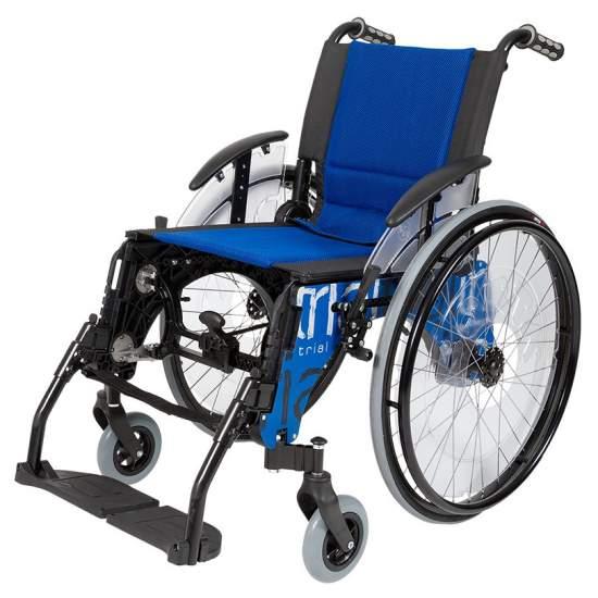 Trial sedia a rotelle standard -  La sedia a rotelle di prova standard di Forta è sportivo e leggero, ignifugo setacciatura blu, ruote anteriori 150 mm con possibilità di posizionamento in tre posizioni e ruote posteriori con cuscinetti di alta qualità. Si restringe...