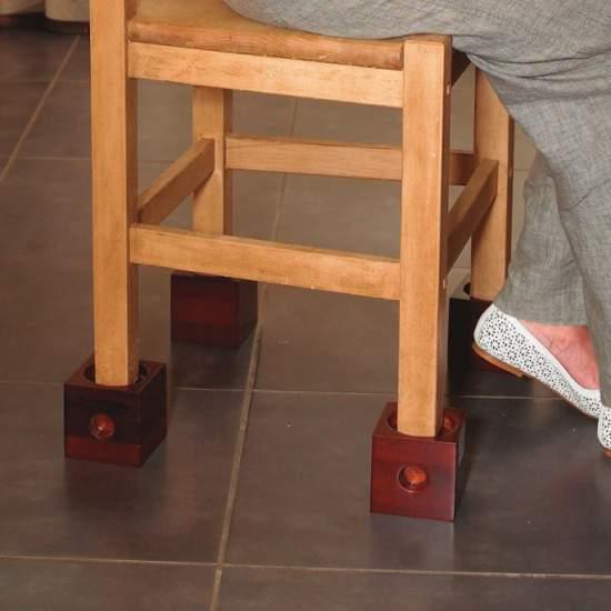 elevadores de madeira -  Cubos de madeira resistente, com três entradas para acomodar diferentes diâmetros das pernas das cadeiras. É fornecido em conjunto de 4 unidades e se adapta a largura das pernas 3 cm, 5 cm e 7,5 cm.