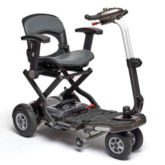 Brio Inoltre pieghevole scooter -  Esso può essere piegato in un istante. Esso comprende il bracciolo, luce anteriore e le grandi ruote pneumatiche. Dimensioni: 96 x 53 x 87-100 cm (senza braccioli), facilmente trasportabile.