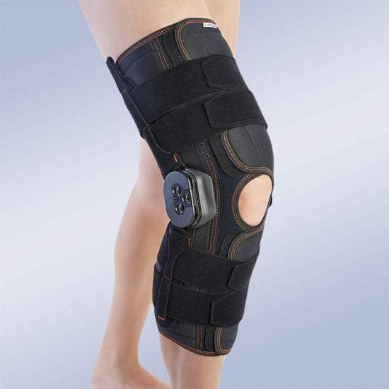 LONG FLEX-EXTENSION RODILLERA -  Knee pad made of breathable elastic three-layer material. The fabric consists of 3 textile layers that are divided into an elastic membrane based on microfrires, polyurethane foam and cotton terry, which facilitates a quick dispersion...