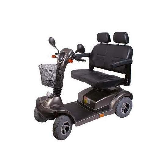 Scooter eléctrico Nico 7055 biplaza - Este modelo permite circular a dos personas en un mismo scooter con la misma anchura de un scooter individual De conducción fácil y agradable. El asiento dos en uno es comodo y ajustables de ancho, gracias a sus reposabrazos.