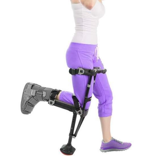iWALK2.0 La stampella a mani libere -  Perché usare le stampelle con le braccia quando una gruccia per le gambe funziona molto meglio? Permette la libertà con le mani. Mobilità indolore per ferite nella parte inferiore delle gambe. Facilità d'uso e apprendimento. Torna...