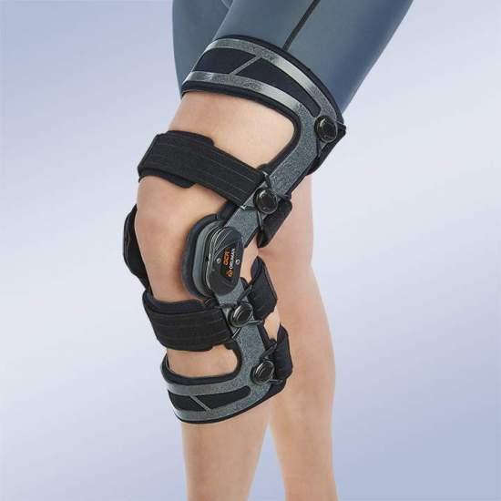Ortesi per ginocchio funzionale con controllo dell'estensione flessografica OCR100 - Realizzato in alluminio leggero a basso profilo, è dotato di giunti policentrici dinamici con controllo e limitazione dell'estensione della flessione.