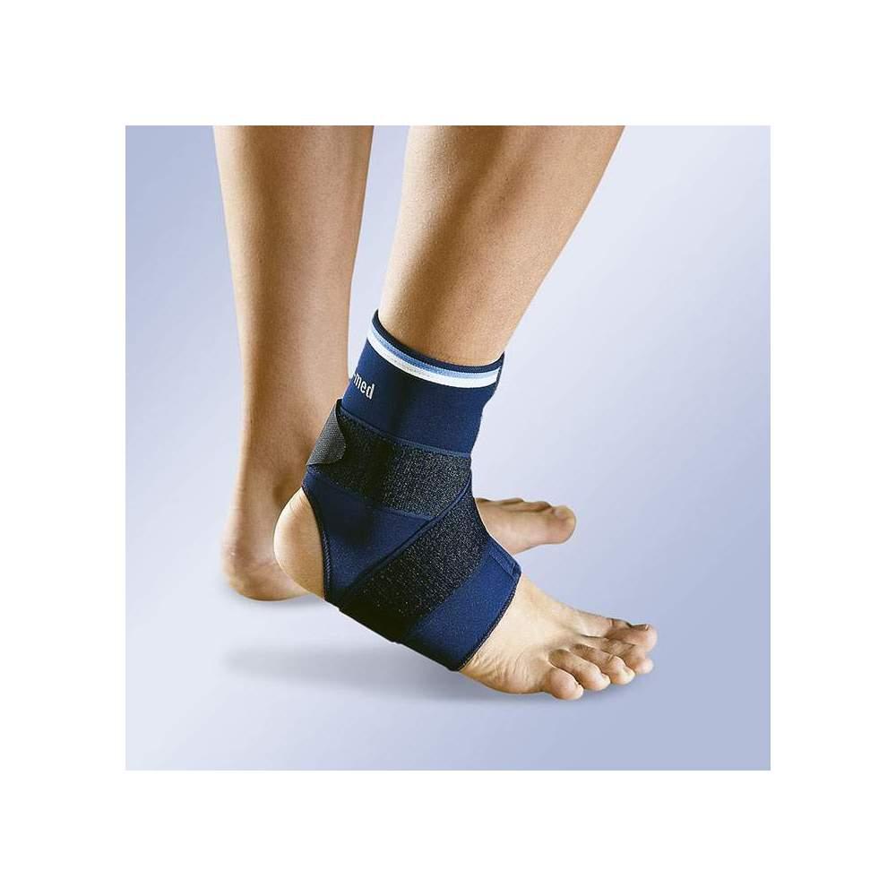 BANDAGE TORNOZELO NEOPRENE COM CRUZ - Tornozeleira neoprene de 3mm com ajuste Velcro abrir no topo. Cinta elástica com ajuste de velcro e veludo para controlar a pronação e supinação do tornozelo.
