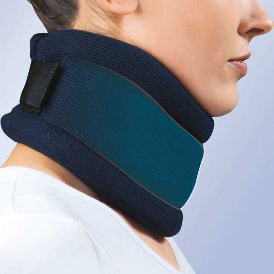 COLLARIN SEMIRRIGIDO -  Made of polyurethane foam with a height of 7.5 to 10.5 cm, polyethylene band reinforcement, velcro back closure and anatomical design, provided with washable blue additional cover, 100% Cotton.