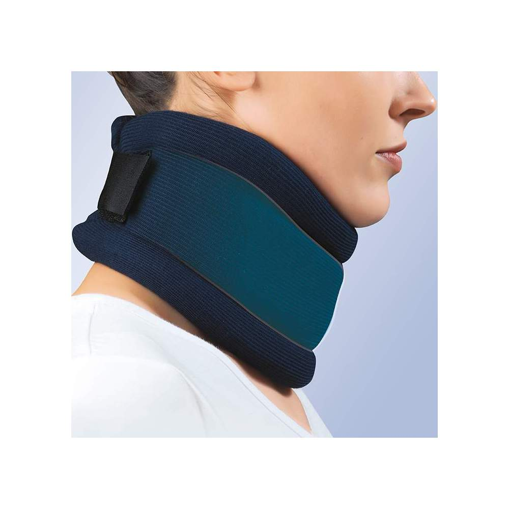 COLLARIN SEMIRRIGIDO -  Made of polyurethane foam with a height of 7.5 to 10.5 cm, polyethylene band reinforcement, velcro back closure and anatomical design, provided with washable blue additional...