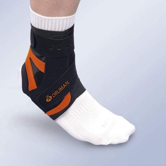SPLINT ALTTEX la cheville avec stabilisateur MOYEN-SIDE - Fait de matériau en velours respirant, muni de la stabilisation de côté moyenne antirotatoire à un angle.