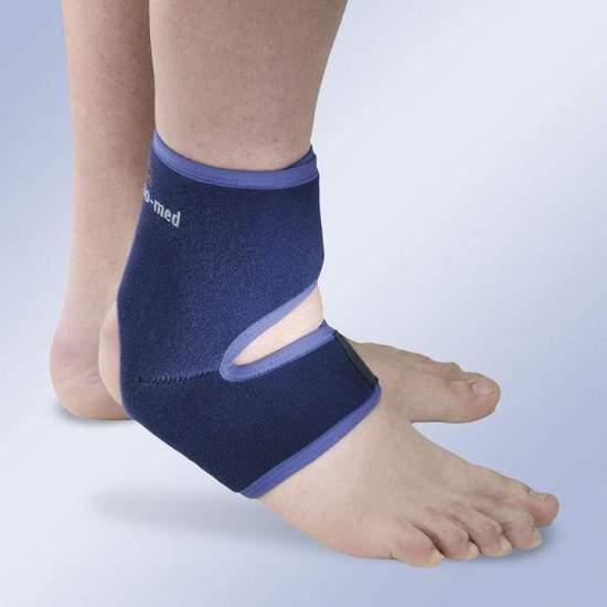 CHEVILLE UNE TAILLE -  La cheville stabilisatrice à taille unique permet de contrôler la tension au moyen de bandes de réglage qui favorisent une adaptation parfaite à la fois au cou-de-pied et au calcanéum. Il est composé de néoprène d'astrakan de 2 mm...