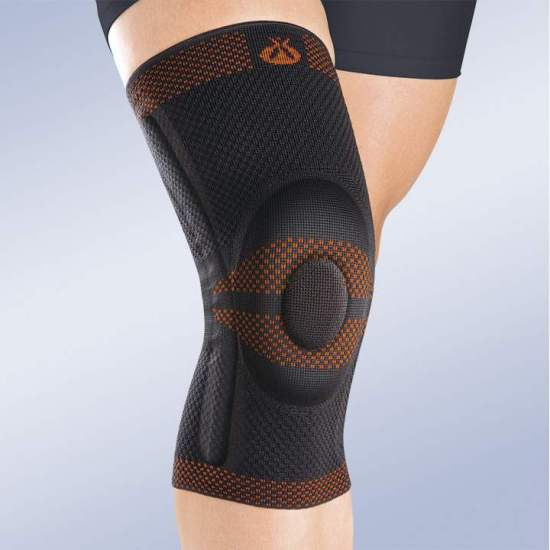 BREATHABLE ELASTIC KNEE PAD CLOSED WITH SILICONE RETREAT AND SIDE STABILIZERS - Made in three-dimensional knitted fabric, providing greater transverse elasticity while exerting the necessary compression in each area, this new concept of knitted fabric provides a better fixation on the skin and stability during...