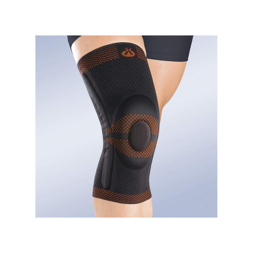BREATHABLE ELASTIC KNEE PAD CLOSED WITH SILICONE RETREAT AND SIDE STABILIZERS - Made in three-dimensional knitted fabric, providing greater transverse elasticity while exerting the necessary compression in each area, this new concept of knitted fabric...