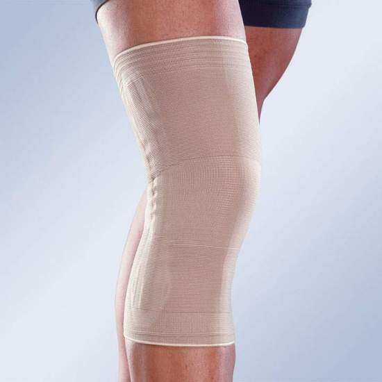 ELASTIC KNEE PAD WITH CLOSED ROTULA AND SIDE STABILIZERS 8102 - Breathable elastic knee brace with distal and proximal ends designed to lighten the pressure avoiding excessive compression. Side stabilizers on both sides to prevent rolling.