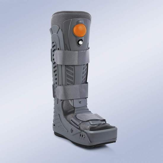 Andador fixo inflável Orliman EST-089 - De design leve e resistente, atua desde o terço proximal da perna até o pé com uma peça na região posterior e mediolateral, que se estende na sola do pé em uma sola de baixo perfil antiderrapante em forma de gangorra.