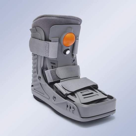 Walker fixed short inflatable Orliman EST-092 - Of light and resistant design, having: A piece on the posterior and mediolateral area of the leg that extends on the sole of the foot in a non-slip low profile sole shaped like a seesaw, facilitating the development of the step. A piece...