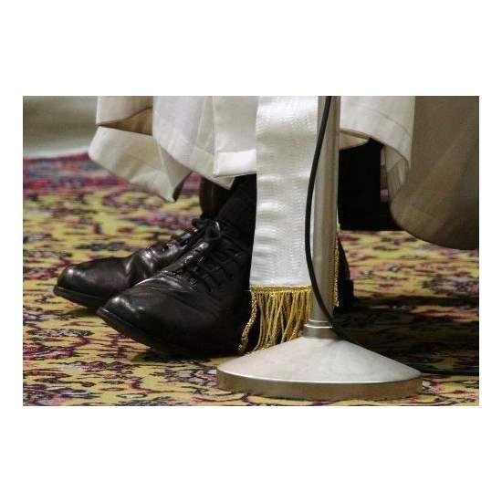 Pape vous demande de fixer ses chaussures noires