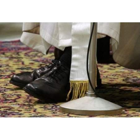 Papa vi chiede di fissare le sue scarpe nere