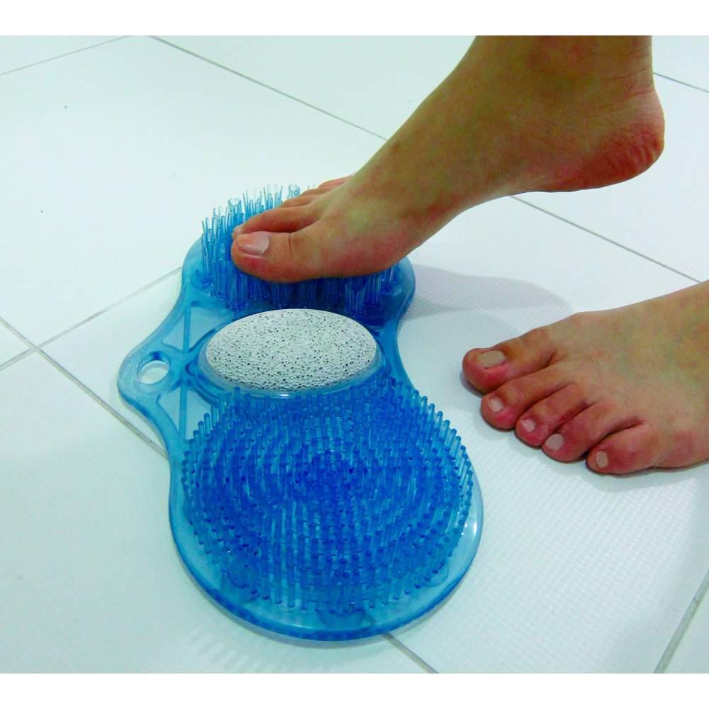 Rato-lavado os pés com pedra-pomes